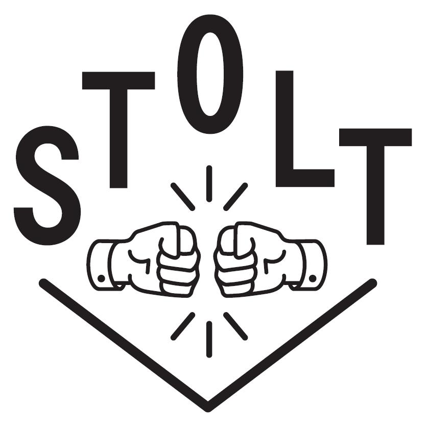 """Stolts logo, som viser to hender som gjør """"fist bump"""" med ordet STOLT over."""